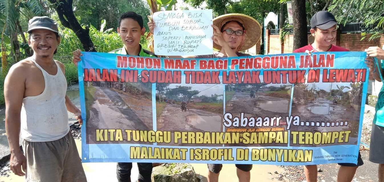 Jalanan Rusak Parah, Warga di Kabupaten Gresik Lakukan Protes Dengan Cara Ini