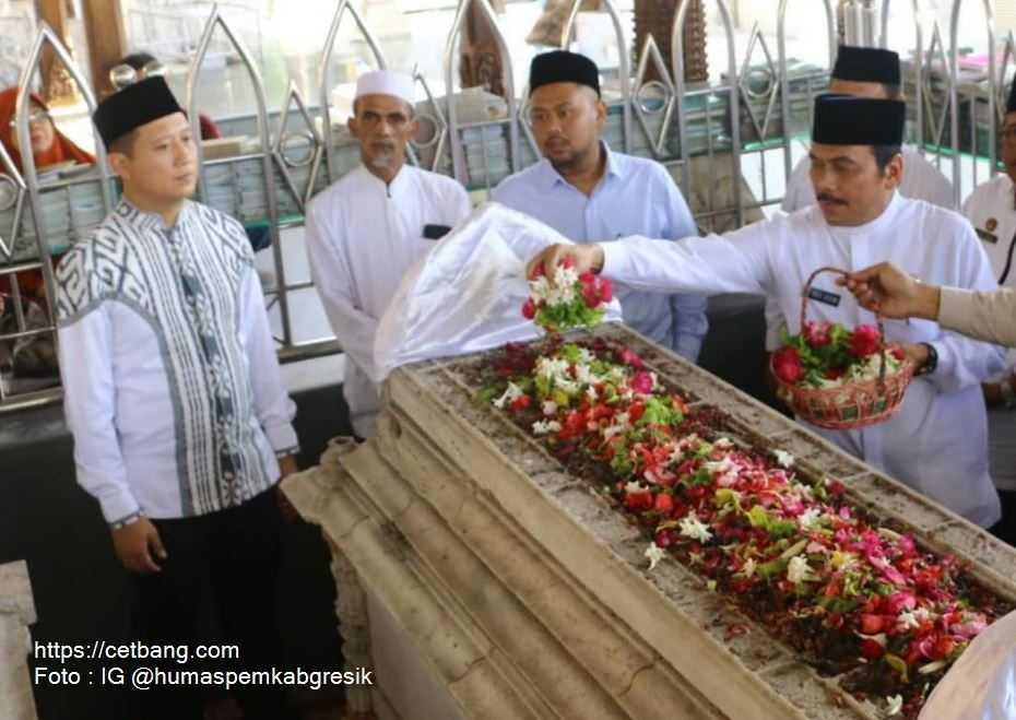 Ziarah ke Makam Leluhur, Wabup Gresik Berdoa Kepada Allah agar Terbebas Dari Wabah Virus Corona