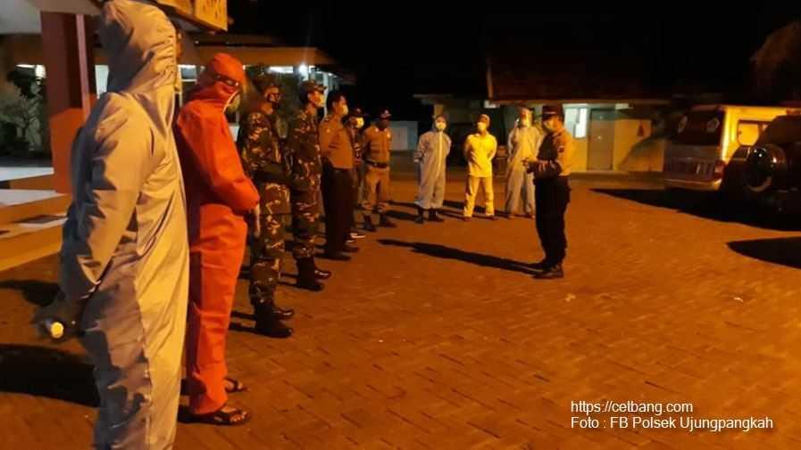 Petugas gabungan TNI, Polri, Satpol PP dan Dinas Kesehatan (Dinkes) Ujungpangkah